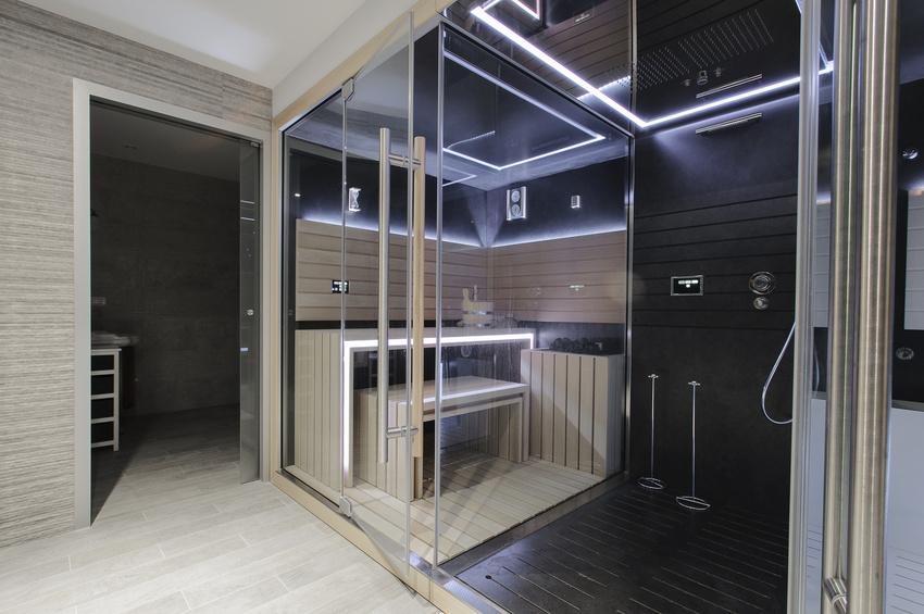Design Sauna mit viel Glas und LED- Lichteffekten